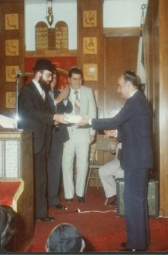 Rabbi David Choueka accepting the deed